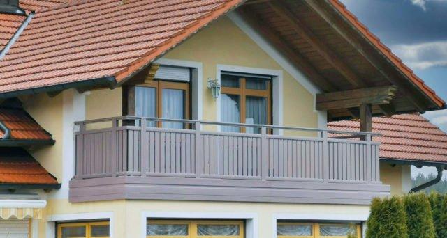 Gelbes Haus mit rotem Dach mit Alu Classic Vilshofen Balkongeländer