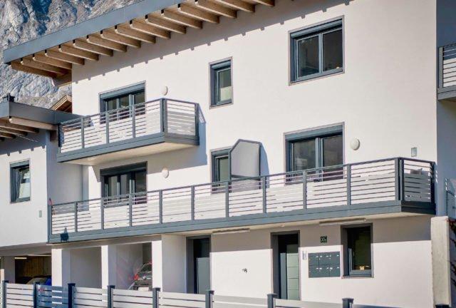 Großes Wohnhaus weiß gestrichen mit Alu Design Madrid Balkon