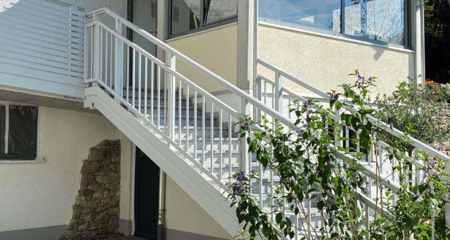 Stiegenaufgang zum Wohnhaus mit Alu Select Imola Balkongeländer
