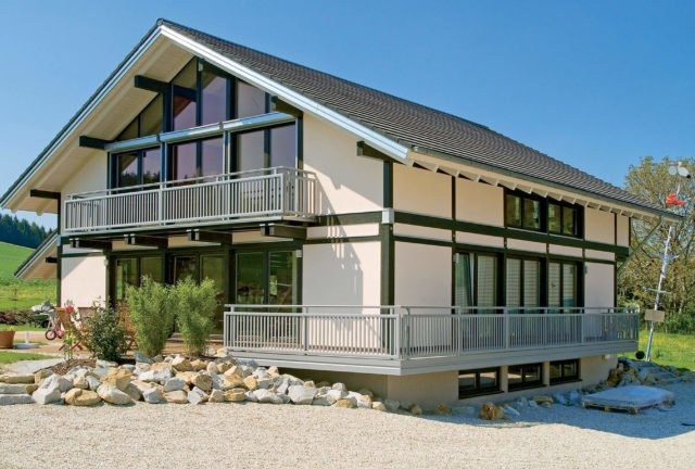 Modernes Wohnhaus mit Alu Select Ravenna Balkongeländer