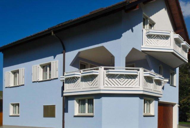 Blaues Haus mit weißem Alu Classic Kassel Balkongeländer