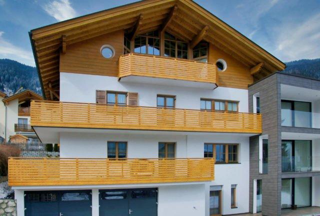 Semi-blickdichtes Balkongeländer aus Aluminium in Holzoptik - Alubalkon Alu Select Isola