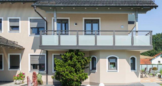 Alu Balkongeländer mit Edelstahl-Streben und Glas-Füllung - Alubalkon Alu Design Casa Linea
