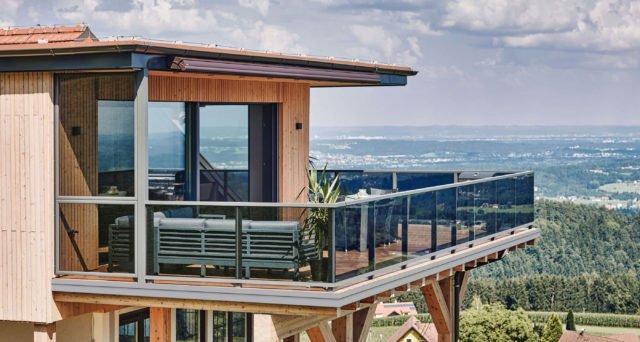 Glas trifft Holz mit Alu Design Vision Balkongeländer