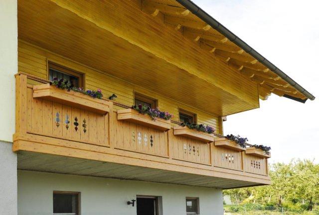 Holzoptik Balkongeländer im Landhausstil mit modern zurückgenommenen Balustern - Alubalkon Alu Classic Gerlos