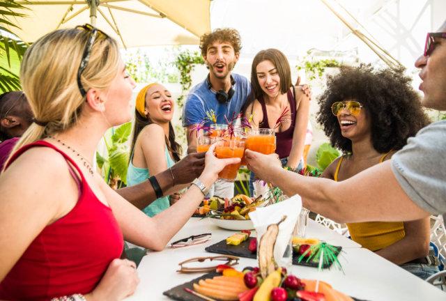 sommercocktails gartenparty mit freunden