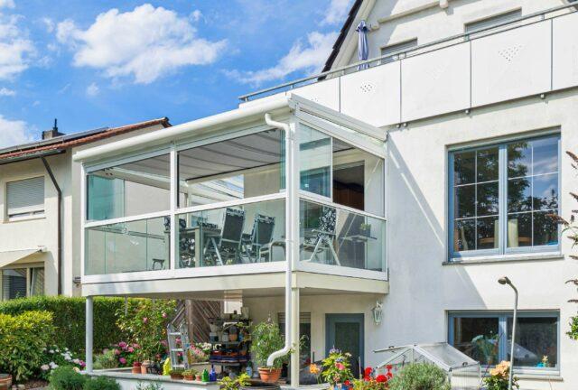 sommergarten balkonueberdachung mit alu glas seitenelementen